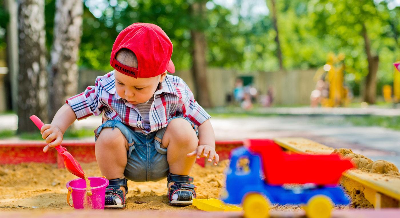 Image d'un enfant en plein nettoyage de parcs