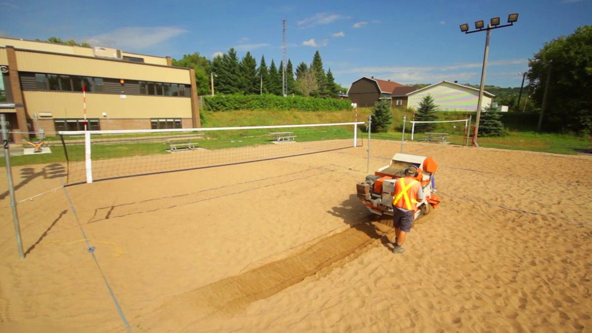 Machine Maleo lors d'un entretien de terrains de volleyball